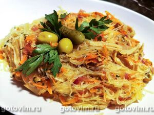 Теплый салат из рисовой лапши с консервированным кальмаром