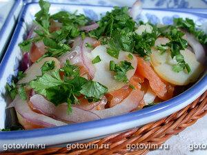Слоеный салат с малосольной семгой и картофелем