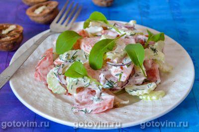 Салат с сельдереем, помидорами и красным луком