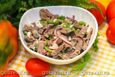 Салат из говяжьего сердца с яйцом, маринованным луком и сладким перцем