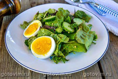Салат из свежей зелени, огурцов, яиц с горчичной заправкой