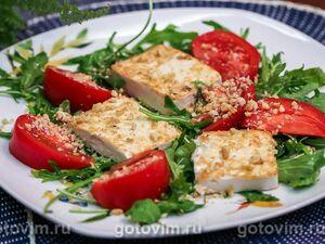 Салат с жареным тофу, помидорами и рукколой