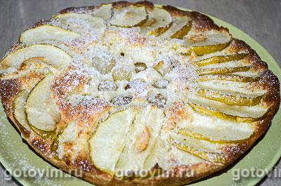 Шарлотка на сгущенном молоке с яблоками и виноградом. Фотография рецепта