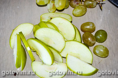 Шарлотка на сгущенном молоке с яблоками и виноградом, Шаг 01