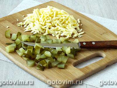 Лодочки из слоеного теста с куриным филе, картофелем и солеными огурцами, Шаг 03