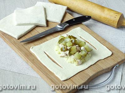 Лодочки из слоеного теста с куриным филе, картофелем и солеными огурцами, Шаг 06
