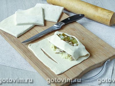 Лодочки из слоеного теста с куриным филе, картофелем и солеными огурцами, Шаг 07