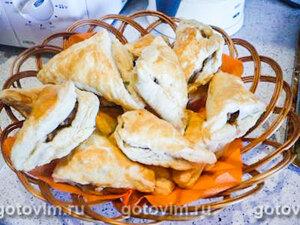Слоеные пирожки с начинкой из рубленой куриной грудки и шампиньонов