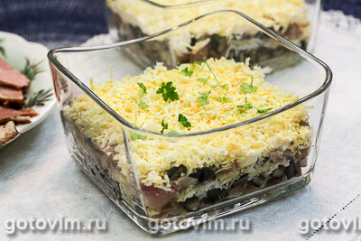 Слоеный салат с копченой курицей и грибами. Фотография рецепта