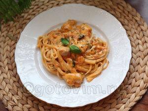 Спагетти с курицей в сливочно-томатном соусе