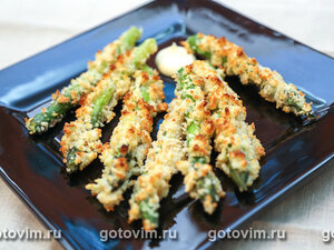 Зеленая спаржа в хлебных крошках