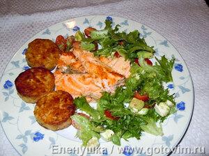 Стейки из семги, маринованные в дижонской горчице с зеленым салатом