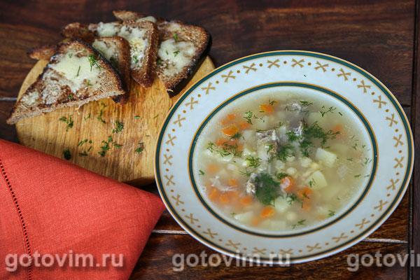 Гороховый суп с копчеными ребрышками и сырными гренками. Фотография рецепта