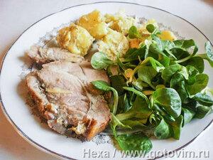 Свинина, фаршированная чесноком с картофельным салатом