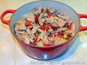 Свинина в сливках с колбасками кабанос и оливками
