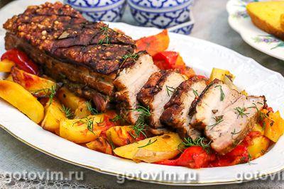 Свиная грудинка с хрустящей корочкой, запеченная с овощами