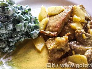 Свинина в карри с яблоками и орехами