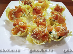 Закуска из рикотты с лососем в сырных корзиночках