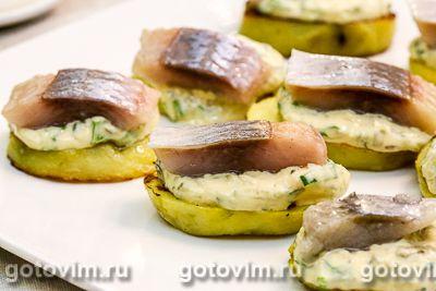 Тартинки из картофеля с соленой сельдью и соусом тартар