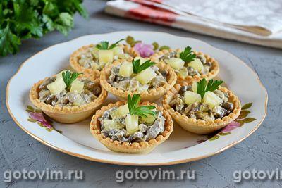 Тарталетки с грибами и ананасом