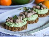 Тартинки с муссом из авокадо и печенью трески