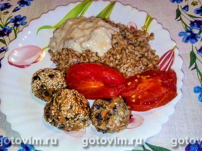 Тефтели из фасоли с грибным соусом и гречневой кашей