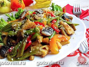 Тёплый салат из курицы с грибами и овощами