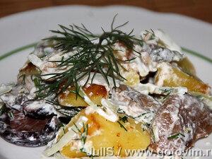 Тёплый картофельный салат с солёными грибами