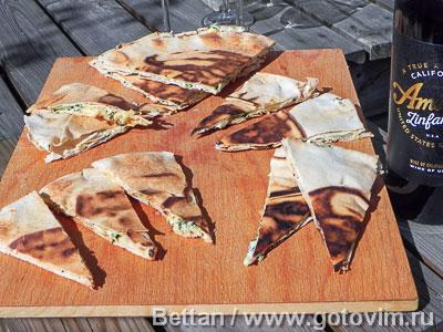 Тёплые закусочные треугольнички с сыром . Фотография рецепта