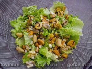 Теплый салат с мидиями, помидорами и кабачками