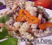 Теплый салат из куриных потрошков с опятами. Фотография рецепта