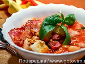 Томатный суп с копчеными колбасками и беконом