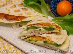 Складные тортильи с курицей, сыром моцарелла и авокадо