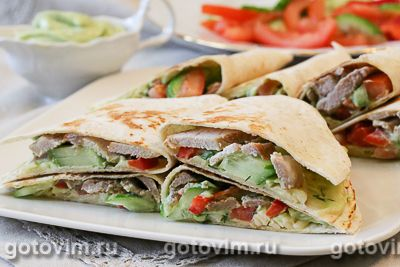 Тортильи с мясом, овощами и соусом из авокадо