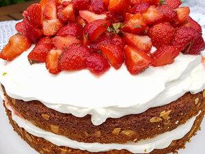 Бисквитный торт с клубникой, лаймом и мятой