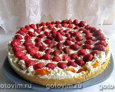 Торт без выпечки с творожным кремом, клубникой и абрикосами