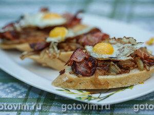 Тост с беконом и перепелиными яйцами