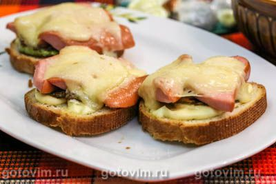 Горячие тосты с кабачками и сосисками