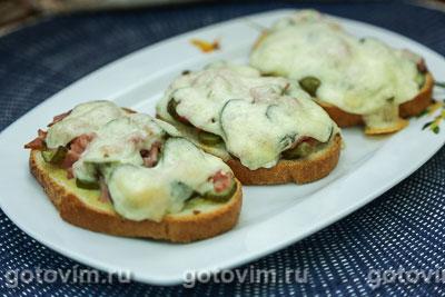 Тосты с колбасой, огурцами и сыром. Фотография рецепта