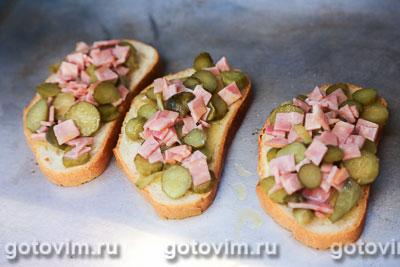 Тосты с колбасой, огурцами и сыром, Шаг 05