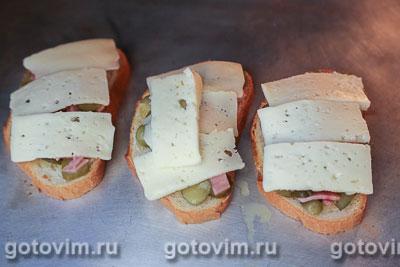 Тосты с колбасой, огурцами и сыром, Шаг 06