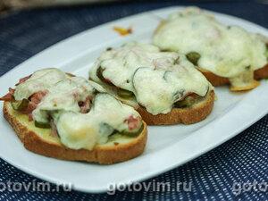 Тосты с колбасой, огурцами и сыром