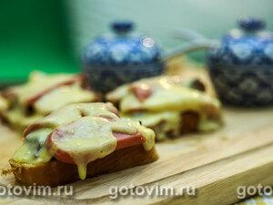 Тосты с сосисками и солеными грибами