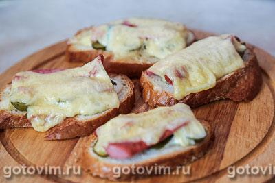 Тосты с сосисками, огурцом и сыром. Фотография рецепта