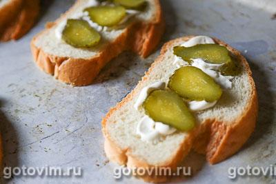 Тосты с сосисками, огурцом и сыром, Шаг 03