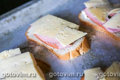 Тосты с сосисками, огурцом и сыром, Шаг 05