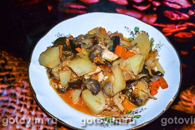 Тушеный картофель с капустой, курицей и грибами. Фотография рецепта