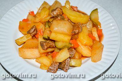 Тушеный картофель с мясом и солеными огурцами
