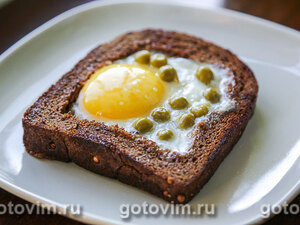 Яичница в черном хлебе с горошком