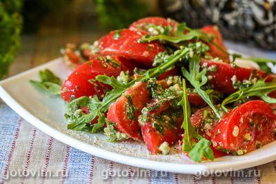 Салат из помидоров с рукколой и грецкими орехами